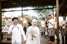 """Penyanyi yang terkenal dengan lagu """"terlalu lama sendiri"""" ini, kini sudah tidak sendiri lagi, loh! Yuk simak kisah pernikahan Kunto Aji dan Dewi Syariati."""