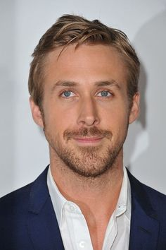 Ryan Gosling haircut makes you feel envy? Our guide will help you make everyone else jealous instead. Ryan Gosling Beard, Ryan Gosling Haircut, Trendy Mens Hairstyles, Haircuts For Men, Messy Hairstyles, Celebrity Hairstyles, Surfer Party, Joe Manganiello, Christian Bale