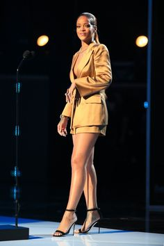 Rihanna y la belleza de un icono del popLa impresionante estrella del pop Rihanna además de ser un referente en el mundo de la música, en algunas ocasiones también forma parte del mundo de la moda, en esta imagen lleva una chaqueta de esmoquin de Armani, pantalones cortos en un tono amarillo dorado y sandalias de tiras, en los premios BET 2015.Foto: Getty Images for BET