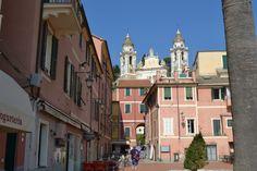 Die Altstadt von Laigueglia, überthront von der wunderschönen Barockkirche, die ein einzigartiges Glockenspiel hat. Kirchen, Traveling, Bucket, Street View, Italy, Places, Old Town, Viajes, Nice Asses