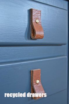 What to do with old belts : leather drawer pulls, towel rack and firewood carrier with how to instructions. Sewing Leather, Leather Belts, Leather Craft, Diy Furniture Projects, Diy Home Decor Projects, Firewood Carrier, Leather Drawer Pulls, Belt Rack, Old Drawers