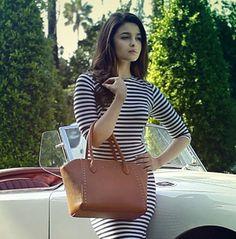 Alia Bhatt flaunts a fabulous roomy bag. Indian Bollywood Actress, Beautiful Bollywood Actress, Beautiful Actresses, Indian Celebrities, Bollywood Celebrities, Hot Actresses, Indian Actresses, Alia Bhatt Photoshoot, Aalia Bhatt