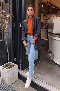 Maria Chervotkina - calça jeans e blusa - mom jeans - meia-estação - street style