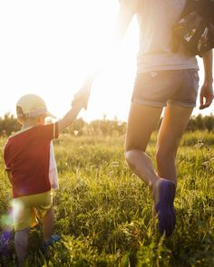 Planning a hike or day at the park with the family? Stock your backpack with these essentials. We created a handy checklist so you have fun outdoors. Camping Packing, Camping Tools, Camping Equipment, Tent Camping, Hiking Essentials, Beach Picnic, Summer Bucket Lists, Camping Activities, Happy Fathers Day