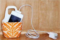 """Acompanhe passo a passo e aprenda a fazer um suporte para carregar celular com embalagem plástica, tecido e cola: PASSO 1: separe uma embalagem de shampoo ou creme para corpo e lave-a bem. PASSO 2:faça uma marca e recorte a embalagem conforme imagem acima. PASSO 3: faça mais um corte na parte de traz da...<br /><a class=""""more-link"""" href=""""https://catracalivre.com.br/geral/negocio-urbanidade/indicacao/aprenda-fazer-um-suporte-para-carregar-celular/"""">Continue lendo »</a>"""