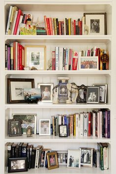 Bookcase styling - Style At Home: Marlien Rentmeester Of LE CATCH books and framed photos Style At Home, Bookshelf Styling, Bookcase Shelves, Bookshelf Organization, Bookcases, Bookshelf Ideas, Shelving, Book Shelves, Workspaces Design