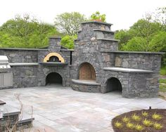 Tuscany Fire Wood-Fired Pizza Oven Built into Outdoor Kitchen ©