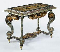 Attribué à André-Charles Boulle vers 1680 En chêne plaqué d'ébène, d'écaille, d'étain, de laiton, d'ivoire, de corne, de bois teinté diverses et naturel et monté de bronzes dorés. Parce que le haut de cette table est amovible, la table peut également avoir été utilisé comme un support pour une armoire. Le naturalistes des fleurs et des oiseaux, la table de marquetée est d'une qualité extrêmement élevés et a probablement été faite par Charles Boulle.
