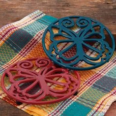 The Pioneer Woman Timeless Beauty 8 inch Claret & Teal Enameled Cast Iron Trivet Set, Blue Pioneer Woman Dishes, Pioneer Woman Kitchen, Pioneer Women, Red And Teal, Blue, Tea Box, Apartment Kitchen, Timeless Beauty, Hope Chest