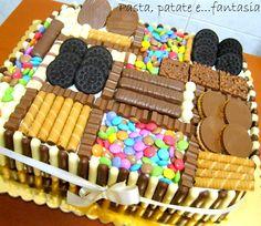 La torta compleanno è per il mio amoruccio che stasera festeggia i suoi 14 anni. In partenza mi aveva chiesto una torta decorata in pasta di zucchero, ma