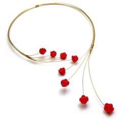 Oro frente abierto Collar Collar Alambre Gargantilla con rosas rojas by jojablueberry