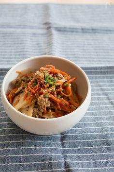 主菜にも副菜にも使えそうな、ご飯に合うおかずレシピです。 薄切りのレンコンがシャキシャキとしてとっても美味しい!