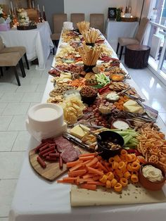 (party snacks table) Christmas Party Snacks, Snacks Für Party, Appetizers For Party, Appetizer Recipes, Party Food Platters, Food Trays, Cheese Platters, Tapas, Charcuterie And Cheese Board