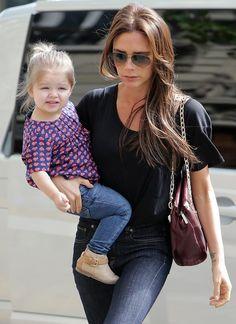 Modische Minis: Unterwegs lässt es Harper gerne locker angehen und trägt passend zur Jeans eine Bluse mit Herzchen-Motiv kombiniert zu beigen Stiefeln.