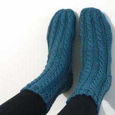 Knit cable socks using Vuorelma Veto yarn