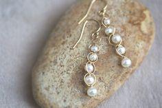 淡水パールのチェーンピアス - Mopsoi Wire Wrapped Jewelry, Wire Jewelry, Jewlery, Pearl Earrings, Drop Earrings, Seed Beads, Jewelry Making, Pearls, Creative