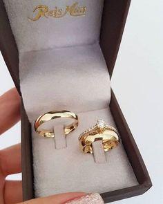 """""""O dedo escorregou e eu te marquei sem querer, amor"""" 😁 Alianças Delicate com… Bijoux Louis Vuitton, Couple Ring Design, Engagement Rings Couple, Gold Ring Designs, Wedding Rings Vintage, Wedding Ring Bands, Ring Verlobung, Gold Rings, Couple Rings Gold"""