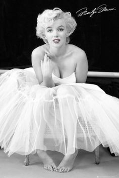 Marilyn Monroe Black & White - 158 x 232 cm - Zwart/Wit. Fotobehang Marilyn Monroe Black & White 232 x 158 cm Fotos Marilyn Monroe, Marilyn Monroe Poster, Marylin Monroe Style, Marilyn Monroe Bedroom, Marilyn Monroe Costume, Marilyn Monroe Painting, Hollywood Glamour, Classic Hollywood, Old Hollywood
