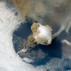 Erupting volcano photographed from the International Space Station (ISS). It's the Sarychev volcano on the Kuril Islands, Russia. Natural Phenomena, Natural Disasters, Volcan Eruption, Fuerza Natural, Erupting Volcano, Dame Nature, Nature Nature, Earth From Space, To Infinity And Beyond