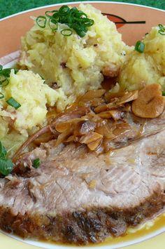 Krkovičku osolíme, opepříme a potřeme olejem.   Do pekáče dáme sádlo, cibuli nakrájenou na céčka, česnek na plátky, vložíme krkovičku,... Czech Recipes, Ethnic Recipes, Y Recipe, Meat Recipes, Food Dishes, Ham, Mashed Potatoes, Steak, Good Food