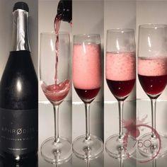 Μέχρι σήμερα όλοι οι ελληνικοί αφρώδεις οίνοι ήταν είτε λευκοί είτε ροζέ. Η διαφοροποίηση επίσης αφορούσε το βαθμό γλυκύτητάς τους με τα επίπεδα σακχάρων να ποικίλουν. Το τολμηρό πρώτο βήμα για την παραγωγή κόκκινου αφρώδους οίνου στη χώρα μας ανήκει στο οινοποιείο Έλινος από την Ημαθία. Κι εμείς ως δυναμικό οινικό blog έχουμε τη χαρά να σας το συστήσουμε σε πρώτη πανελλαδική δημοσίευση και γευστική προσέγγιση πριν βγει στην αγορά. Όσοι επισκέφθηκαν στις 3 Φλεβάρη τα 'Βοροινά' στην Αθήνα… Wines, Red Wine, Alcoholic Drinks, Greek, Glass, Drinkware, Corning Glass, Liquor Drinks, Alcoholic Beverages