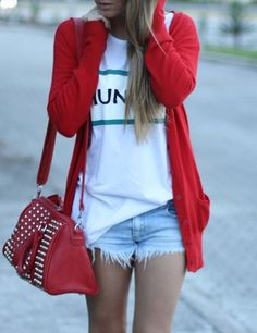 Shorts, white tee and red cardigan. I must buy a red cardigan now, lol. Looks Style, Style Me, Girl Style, New Mode, Only Shorts, Summer Outfits, Cute Outfits, Short Outfits, Cooler Look