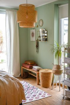 Deko im Winter Schlafzimmer Decorating ideas for the bedroom in the winter boho vintage look with walls in mint green and deco in mustard yellow and rust red Sala Vintage, Boho Vintage, Vintage Winter, Sage Green Bedroom, Green Rooms, Green Bedroom Design, Winter Bedroom, Dark Interiors, Colorful Interiors