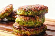 Egészséges, húsmentes sajtos-brokkoli fasírtok (lepények) könnyen beszerezhető alapanyagokból. Ízletes zöldséges fasírt, joghurtba mártogatva könnyű vacsora