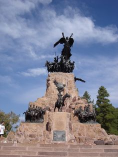 Cerro de la Gloria  Parque Gral San Martin Ushuaia, San Martin, Statue Of Liberty, Mount Rushmore, Garden Sculpture, Trips, Icons, Mountains, Landscape