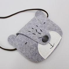 Image of Naive Bear Bag Diy Bags Patterns, Purse Patterns, Sewing Stitches By Hand, Stoff Design, Kids Headbands, Felt Crafts Diy, Animal Bag, Felt Purse, Felt Fabric