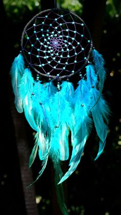 The light and dark blue of the dreamcatcher makes it look majestic