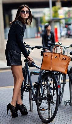 Olivia Palermo really knows how to get the attention! Olivia was snapped by Scott Schurman of The Sartorialist, with a Hermes Birkin Bag on a bike, in London. The Sartorialist, Cycle Chic, Charlotte Olympia, Manolo Blahnik, Look Fashion, Fashion Photo, Bike Fashion, Street Fashion, Fashion Edgy