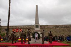 """Monolito a la Constitución de 1812 """"La Pepa"""" del escultor Estanislao García Olivares. Imagen del periódico La Crónica de Badajoz. Souvenirs, Pictures"""