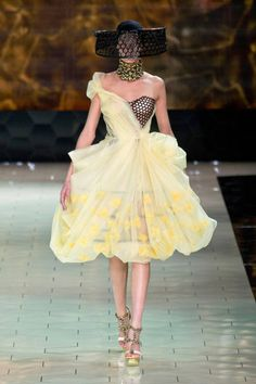 Alexander McQueen Spring 2013 Ready-to-Wear Runway - Alexander McQueen Ready-to-Wear Collection - ELLE