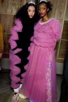 Ashish AW14. #Ashish #AW14 #LFW Candy pink. Fashion Fail, Fashion Videos, Runway Fashion, High Fashion, Fashion Show, Fashion Design, Looks Style, My Style, Bunt