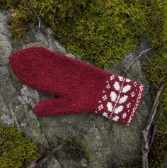 Knitting Patterns Gloves Ravelry: Vide Mittens pattern by Nicolina Lindsten Knitted Mittens Pattern, Knit Mittens, Knitted Gloves, Knitting Patterns, Wrist Warmers, Hand Warmers, Knitting Yarn, Hand Knitting, Amigurumi