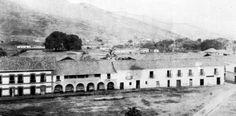 Carrera 4° frente al Parque de Cayzedo. La casa con arcos se llamaba Las Arcadas  era de la familia Lloreda. Notese que al fondo ya existían las ceibas del Paseo Bolívar.
