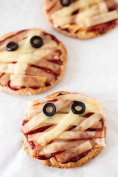 ▷ 1001 + recettes effrayantes pour un repas d'halloween monstrueusement gourmand mini appetizer pizzas with tomato and vegan cheese in Halloween Desserts, Creepy Halloween Food, Scary Food, Halloween Dishes, Spooky Food, Halloween Appetizers, Halloween Food For Party, Mini Pizza, Chocolate Chip Cookie Pizza