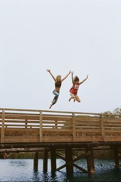 Taking the leap with your bff ♥ Bff Pictures, Best Friend Pictures, Friend Photos, Jumping Pictures, Bff Pics, Style Pictures, Best Friend Fotos, Best Friend Photography, Couple Photography