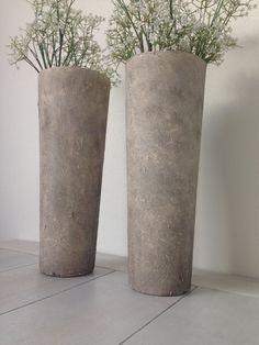 DIY home deco . 2 Glazen vazen, muurvuller van action met een grote kwast erop…