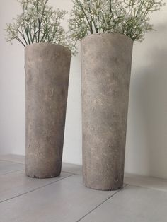 DIY home deco . 2 Glazen vazen, muurvuller van action met een grote kwast erop gesmeerd, drogen, verf met een spons erop gestempeld, aarde met dezelfde spons er op stempelen, grof schuurpapier lichtjes opschuren
