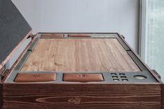 Convient pour CDPR original et fait sur mesure cartes jusquà 115x65mm.  Conçu dans le style celtique antique (dans le jeu - Skellige Style). À la main fabriquée à partir de la pin du Nord.  Comprend : Planche en bois 1х Porte-cartes en cuir 4х 1 x pièce en laiton 6 x dés 8 x jetons 1 x boîte en bois avec des places gratuites pour le prochain pont et Articles de l'expansion du sang et du vin.  Taille de paquet : 72х52х15cm Poids total: 12kg  Exprimer lexpédition dans le monde entier