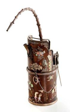 CHINE Pipe à eau en bois incrusté de nacre à sujets de cavaliers dans des paysages avec pampres de vignes et inscriptions poétiques. Fin du 19ème siècle Haut.: 22 cm - manques - Aguttes - 02/04/2015