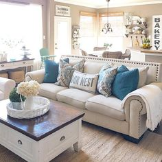 Inspiring Small Living Room Decorating Ideas For Apartments (13)
