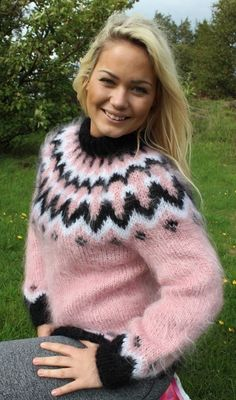 Many pictures of soft and fuzzy mohair women's sweaters. Mohair Sweater, Pink Sweater, Wool Sweaters, Girls Sweaters, Sweaters For Women, Gros Pull Mohair, Icelandic Sweaters, Angora, Sweater Fashion