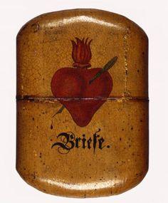 Étui destiné à abriter des enveloppes. Collection d'ex-voto en forme de cœur. Musée du Cœur Boyadjian, Musée du Cinquantenaire, Bruxelles, Belgique.
