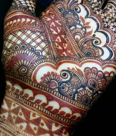 Fresh stain. ( phulkari elements inspired by @mehndidesigner ) Paste kept on skin for over Night. We use ONLY NATURAL ORGANIC HENNA CONES! When u use cheap Quality or chemical mixes oil, it peels off ur skin. Don't Tell me it's SAFE! There is a Huge difference Btween using 1000rs/litr essential oil and 6500rs/litr. I prefer QUALITY over QUANTITY. Note: you can purchase our 100% natural organic henna cones at : nashwahhayat@gmail.com 29th aug is the last date to place ur order. We have o...