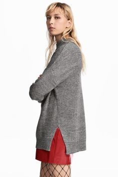 Jumper in a soft, textured-knit cotton blend with a ribbed turtle neck, dropped shoulders, long sleeves and slits in the sides. Slightly longer at the back.