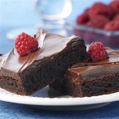 Raspberry Brownies - Brownie mix gets a special flavor twist easily by using raspberry extract. The raspberry chocolate frosting makes the brownies even more delicious. Easy Desserts, Delicious Desserts, Dessert Recipes, Yummy Food, Baking Desserts, Dessert Bars, Dessert Ideas, Box Brownies, Chocolate Brownies