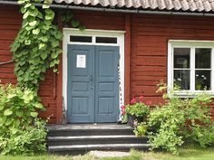 Inspiration for my color scheme. Benjamin Moore Cottage Red and Hamilton Blue. Colonial Front Door, Norwegian House, Sweden House, Red Houses, House Paint Exterior, House Doors, Paint Colors For Home, Old Doors, Scandinavian Home
